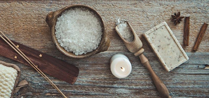 Bain de gros sel à la cannelle : découvrez comment raviver votre passion amoureuse !