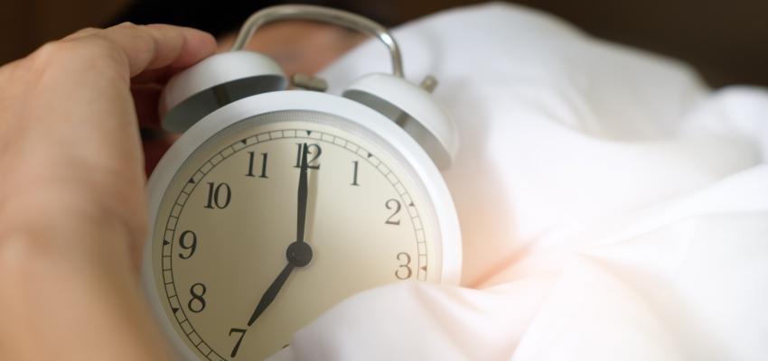 Se réveiller toutes les nuits à la même heure : quelle signification ?