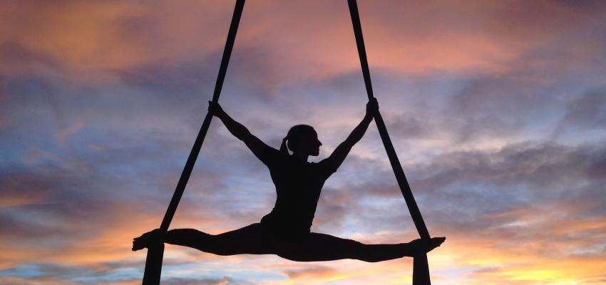 Yoga aérien : êtes-vous prêt à grimper dans les airs ?