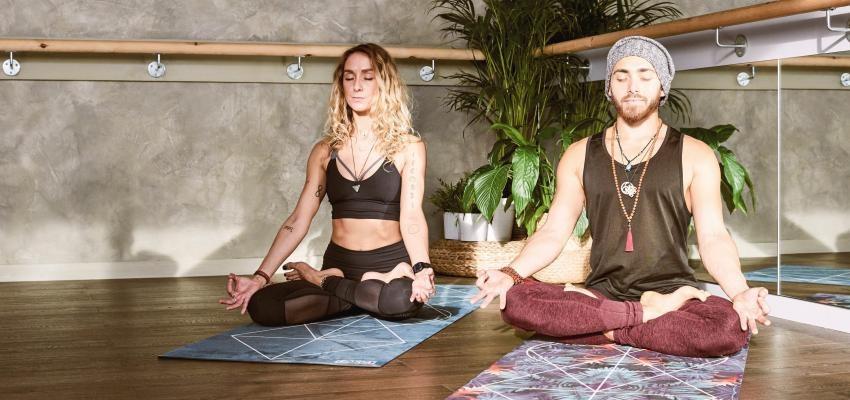 Faire du yoga à deux : développer la complicité et la confiance