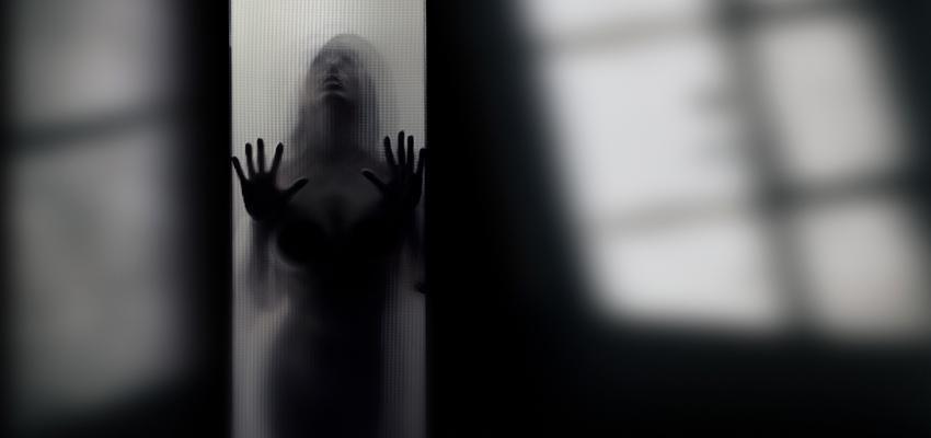 Pourquoi voyons-nous des silhouettes noires ou formes humaines ?