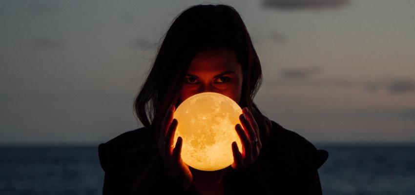 Lampe Luna : un design artistique inspirée par la planète de la réceptivité