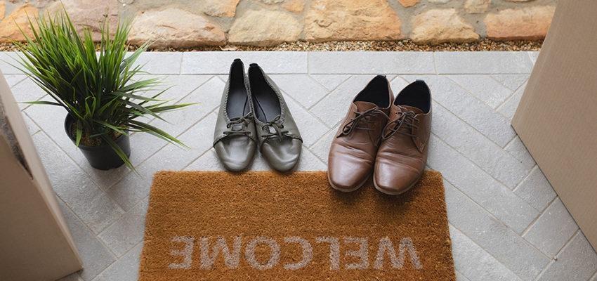 Retirer ses chaussures avant d'entrer dans une maison, selon le Feng Shui !