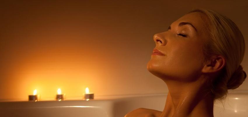 Préparer un bain pour se relaxer et éviter l'insomnie