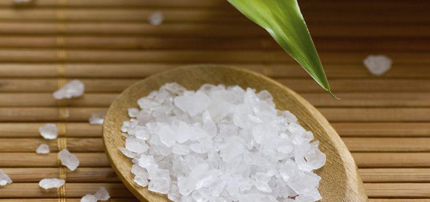 Bain de gros sel et d'Arruda : Une puissante combinaison