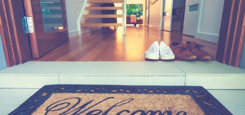 Pourquoi le feng shui recommande de retirer les chaussures - Le feng shui dans la maison ...