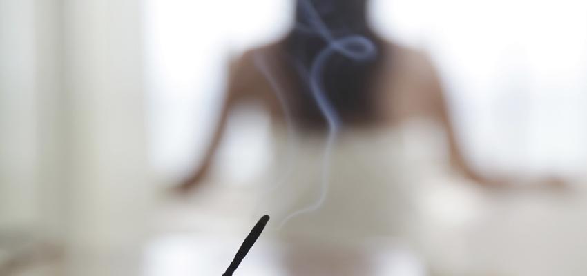 Méditez en respirant de l'encens