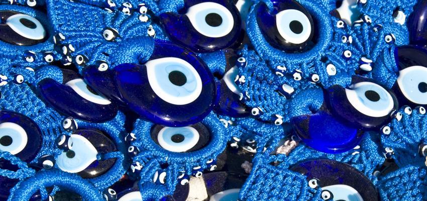 Pourquoi la couleur bleue dans l'œil grec ?