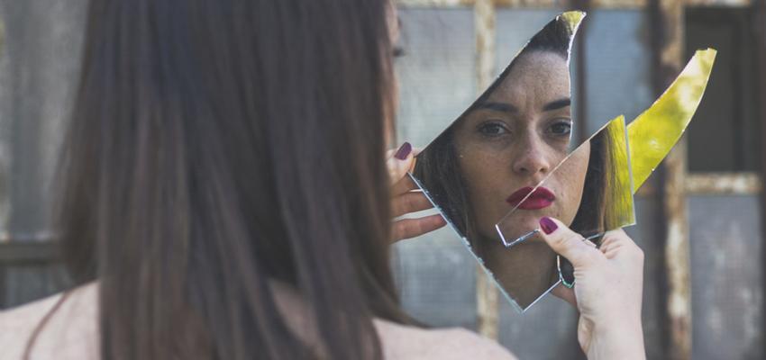 Quelle superstition est rattachée au fait de casser un miroir ?