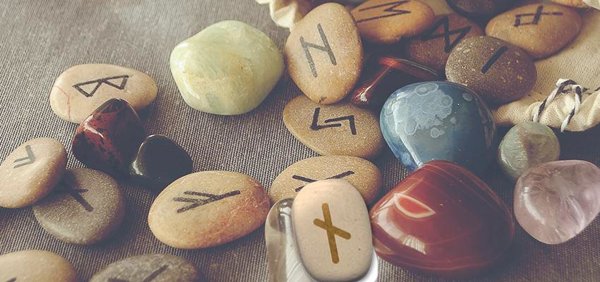La rune Naudhiz, dépasser les difficultés et se recentrer sur l'essentiel